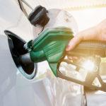 Benzina: rincari vertiginosi fanno schizzare il prezzo oltre i 2 Euro al litro, con aggravi di +168 Euro per il pieno.